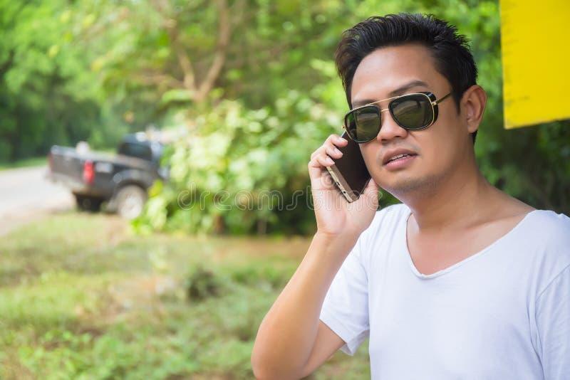 Manlig chaufför Making Phone Call efter trafikolycka fotografering för bildbyråer