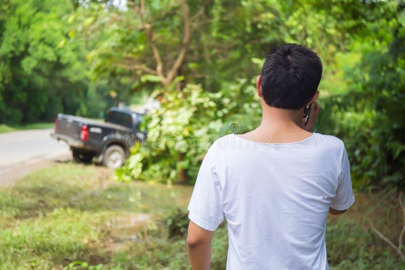 Manlig chaufför Making Phone Call efter trafikolycka arkivbild