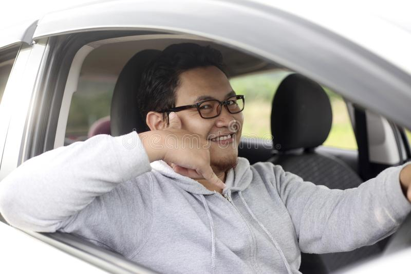 Manlig chaufförShows Call Me gest arkivfoto