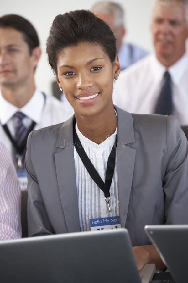 Manlig delegat som lyssnar till presentationen på konferensen som gör inte arkivbilder