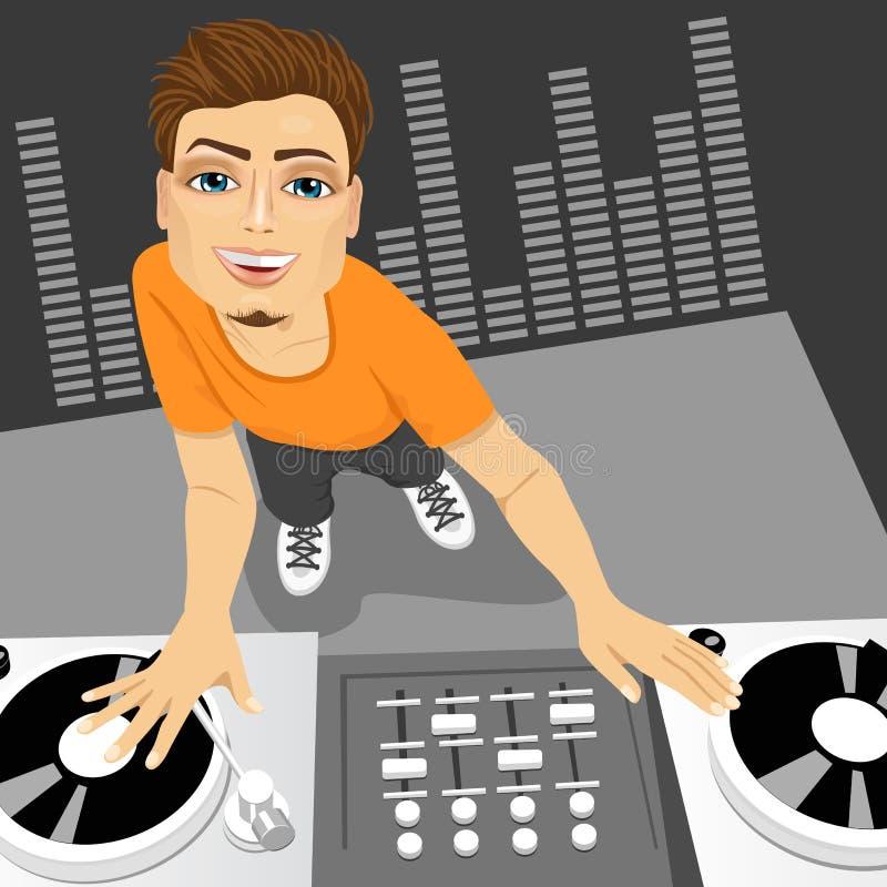 Manlig diskjockey som blandar spåret genom att använda hans skivtallrikar royaltyfri illustrationer