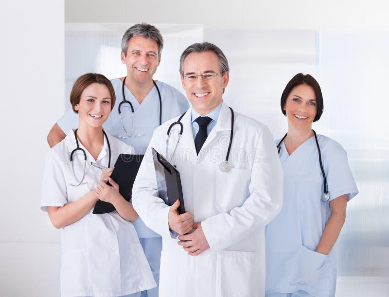 Manlig doktor framme av laget arkivbilder