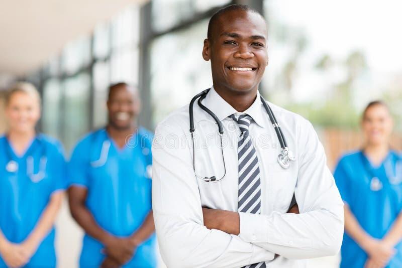 Manlig doktor med kollegor royaltyfri foto