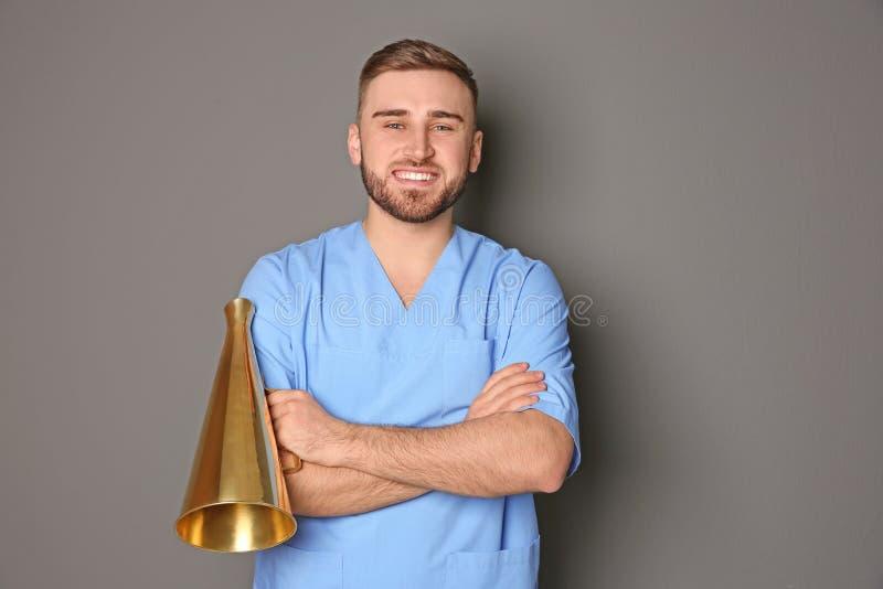 Manlig doktor med megafonen royaltyfria bilder