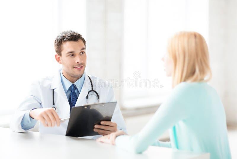 Manlig doktor med patienten royaltyfria foton