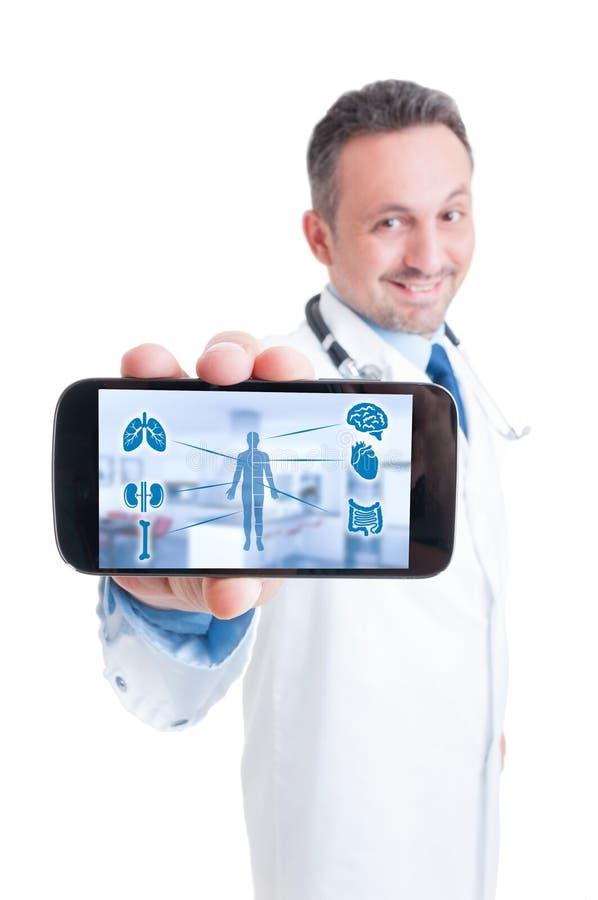 Manlig doktor som använder minnestavlan med den medicinska manöverenheten royaltyfri bild