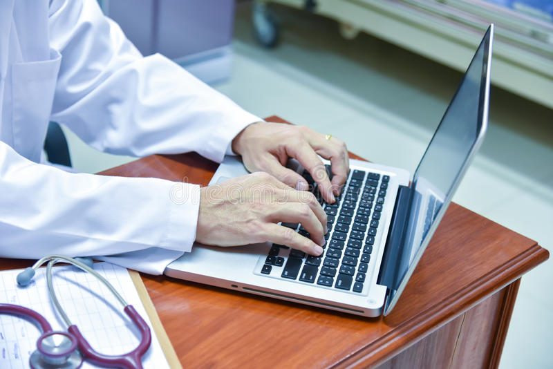 Manlig doktor som använder minnestavlan och bärbara datorn under konferensen, hälsa royaltyfria foton
