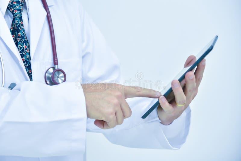Manlig doktor som använder minnestavlan och bärbara datorn under konferensen, hälsa arkivbilder