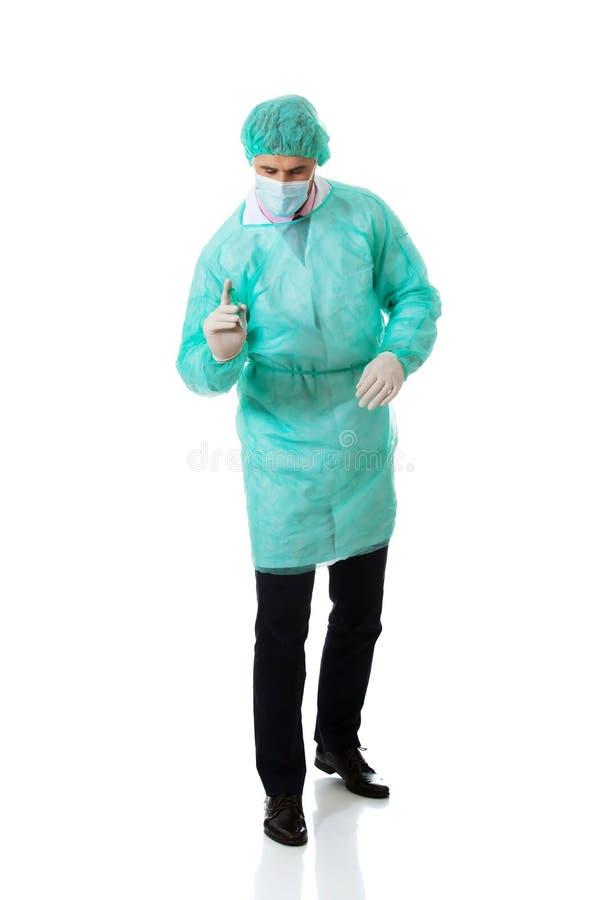 Manlig doktor som gör en injektion arkivbilder