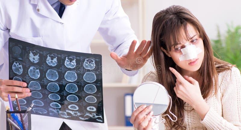 Manlig doktor som talar till patienten med n?soperationkirurgi royaltyfri fotografi