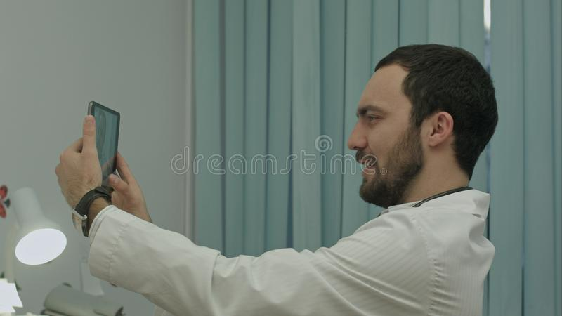 Manlig doktor som tar selfie som ler arkivfoton