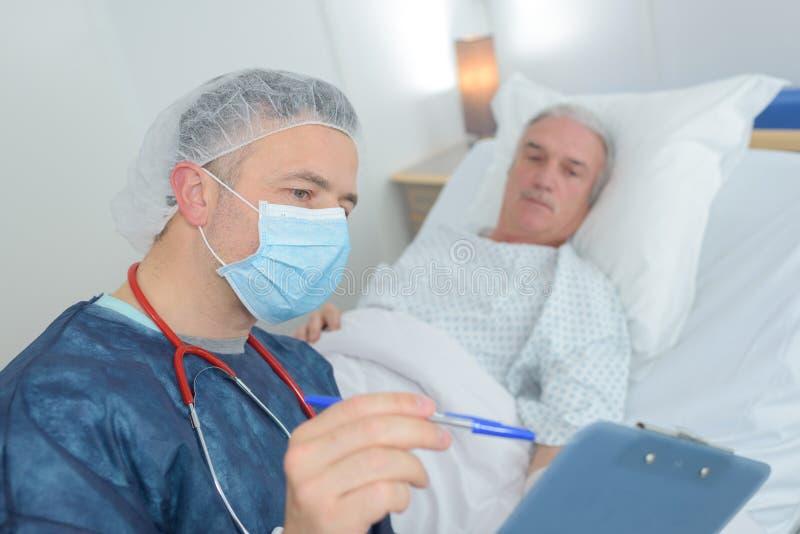 Manlig doktor som visar resultat till patienten royaltyfria bilder