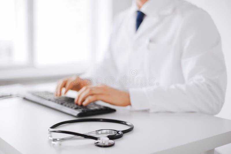 Manlig doktorsmaskinskrivning på tangentbordet arkivbilder