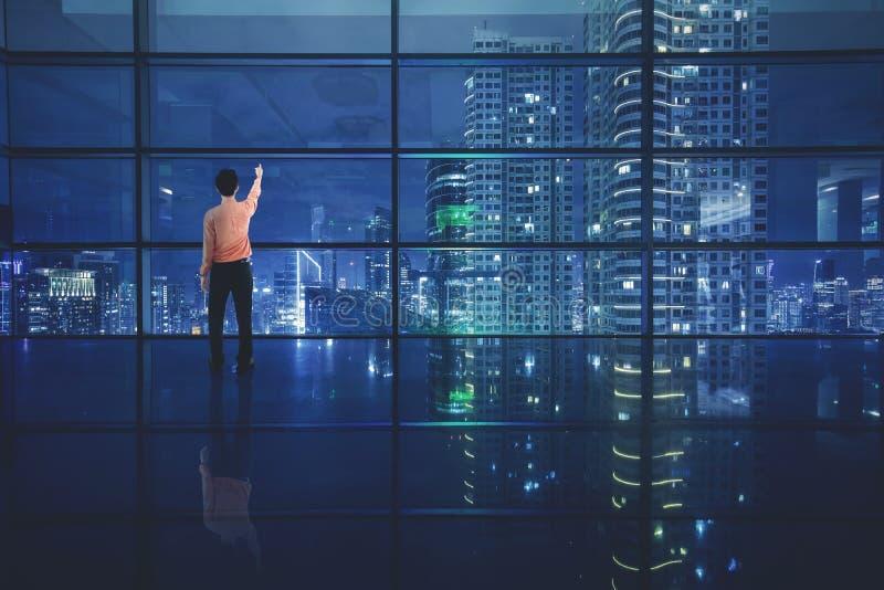 Manlig entreprenör som ser härlig himmel fotografering för bildbyråer