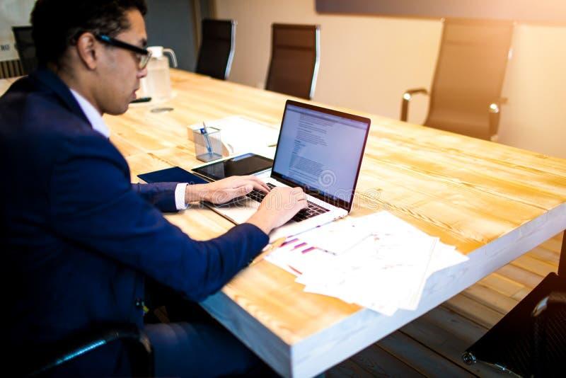 Manlig entreprenör som skriver text på anteckningsboken Arbetsplats med netbook royaltyfri foto