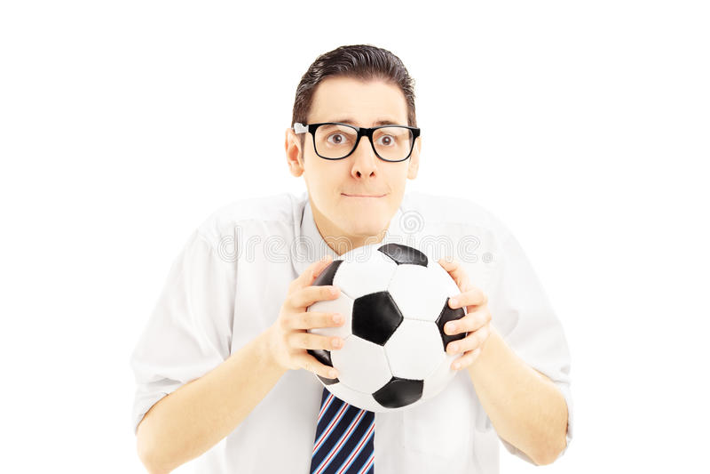Manlig fan med bandet som rymmer en fotbollboll och väntar på ställningen fotografering för bildbyråer