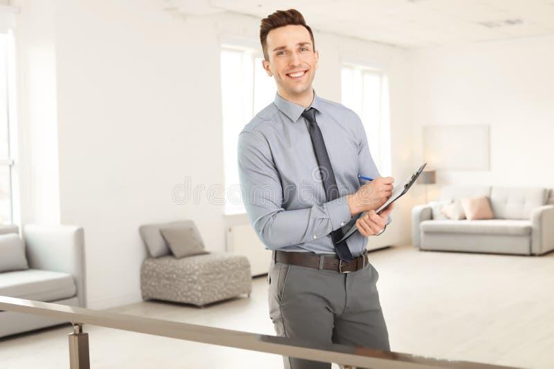Manlig fastighetsmäklare med skrivplattan royaltyfri fotografi