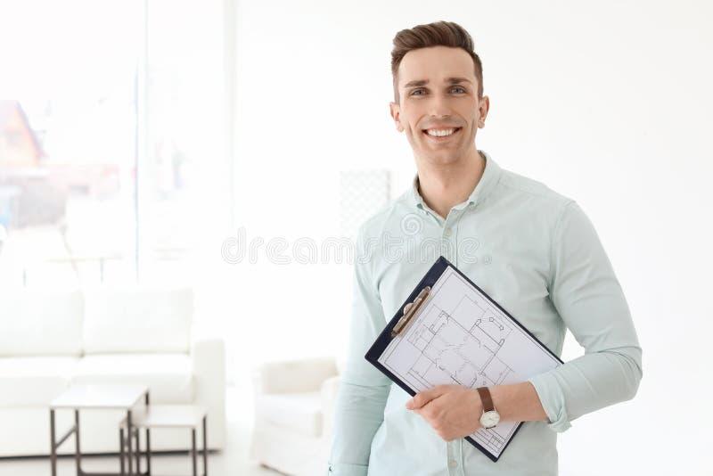 Manlig fastighetsmäklare med skrivplattan arkivfoton
