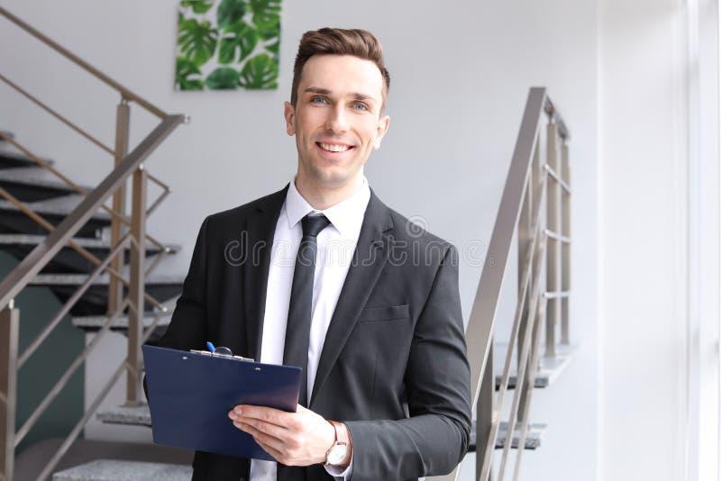 Manlig fastighetsmäklare med skrivplattan royaltyfri bild
