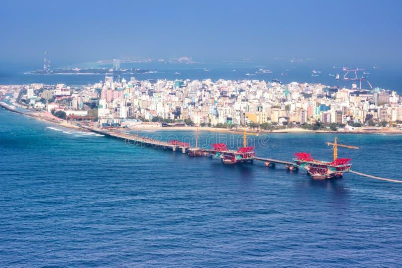 Manlig flygbild för bro för hav för Maldiverna huvudstadsö arkivfoto