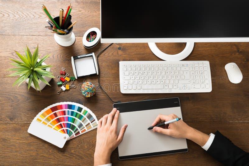 Manlig formgivareUsing Digital Graphic minnestavla arkivbilder