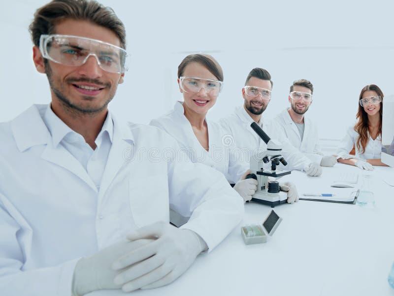Manlig forskare och laget i labbet fotografering för bildbyråer