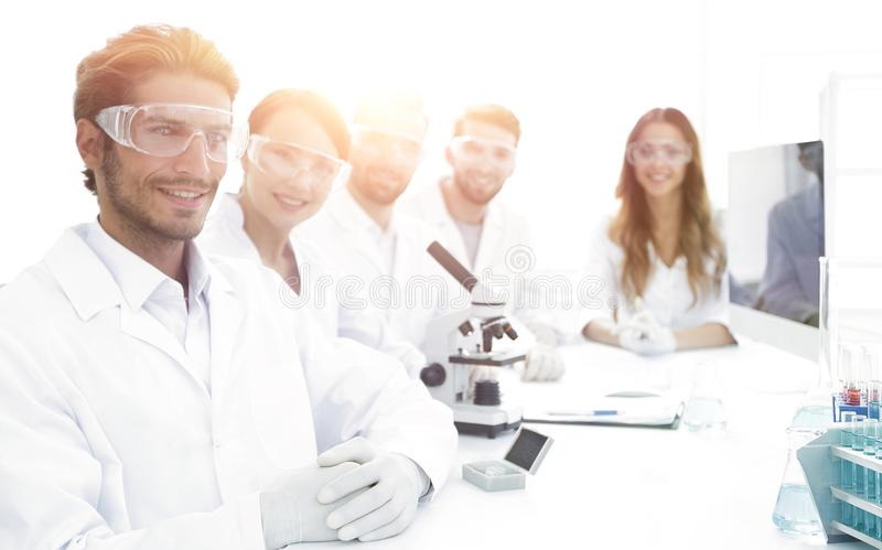 Manlig forskare och laget i labbet royaltyfria foton