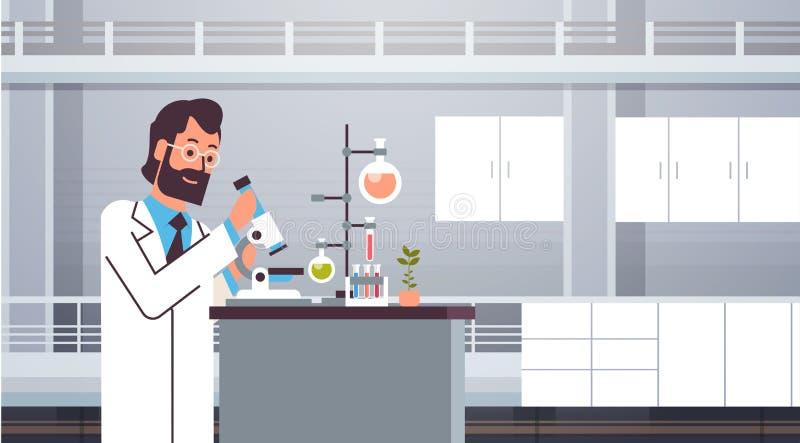 Manlig forskare som arbetar med mikroskopet i laboratoriumet som gör forskningmannen som gör den vetenskapliga experimentdoktorn  stock illustrationer