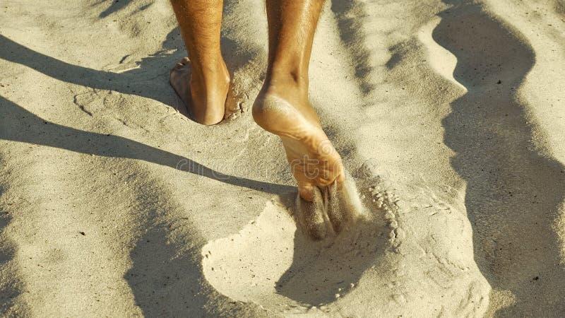 Manlig fot som går på sand royaltyfri bild