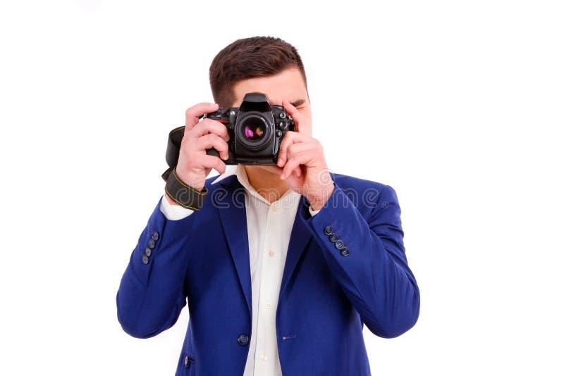 Manlig fotograf med hans kamera som isoleras på vit bakgrund fotografering för bildbyråer