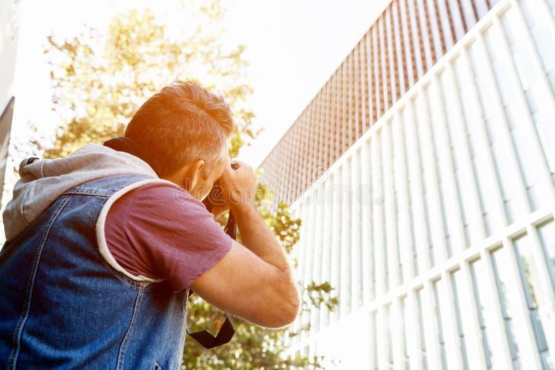Manlig fotograf som tar bilden arkivfoton