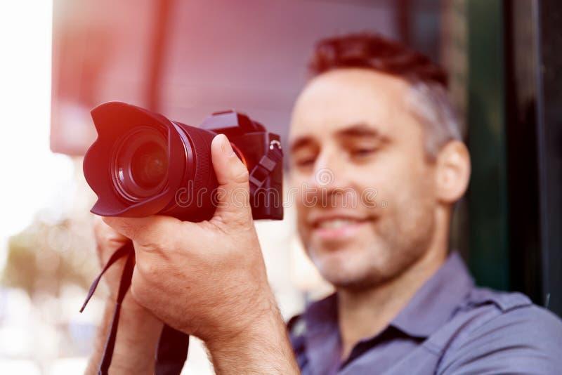 Manlig fotograf som tar bilden royaltyfria bilder