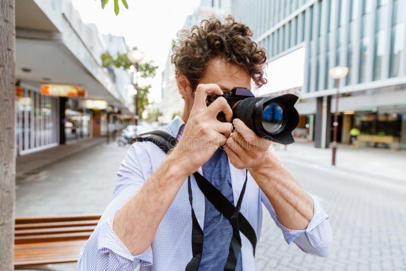 Manlig fotograf som tar bilden royaltyfri bild