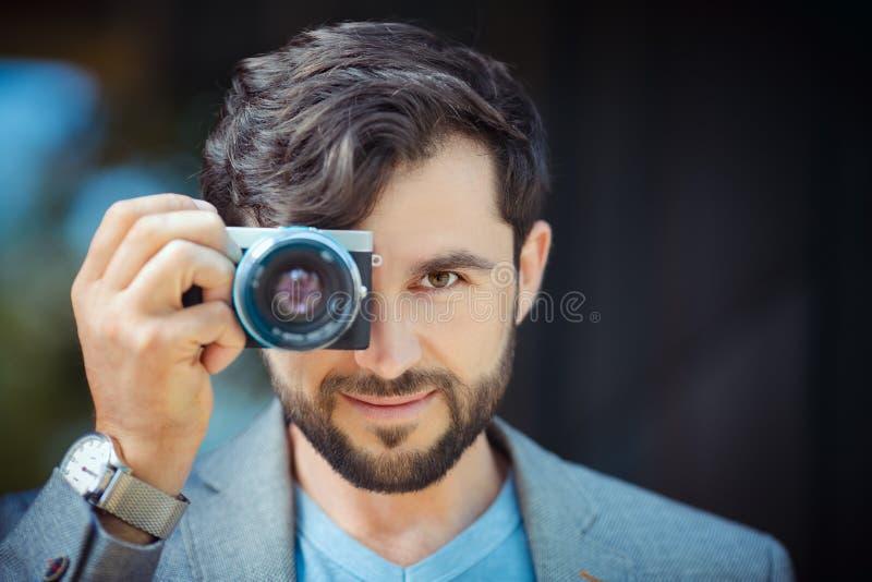 Manlig fotograf som tar bilden royaltyfri fotografi