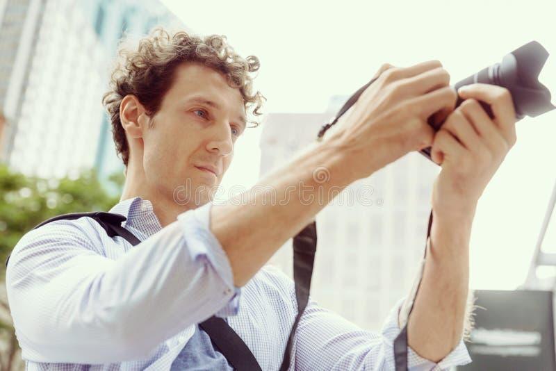 Manlig fotograf som tar bilden royaltyfria foton