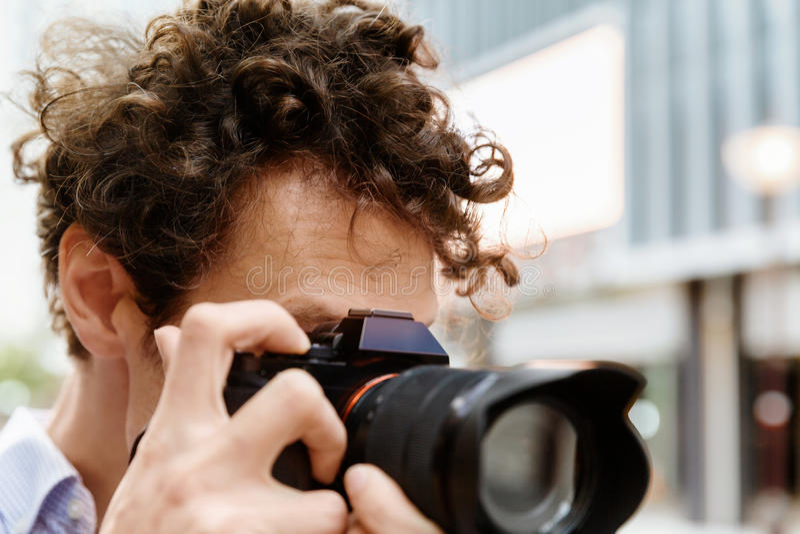Manlig fotograf som tar bilden royaltyfri foto