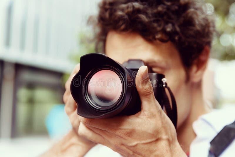 Manlig fotograf som tar bilden arkivbilder