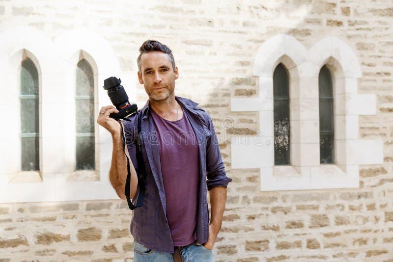 Manlig fotograf som tar bilden arkivfoto