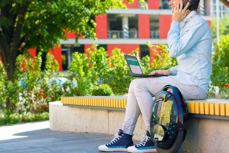 Manlig freelancer för student för manaffärsman med elektrisk transport arkivbild