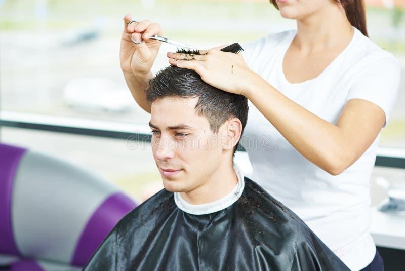 Manlig frisör på arbete royaltyfria bilder