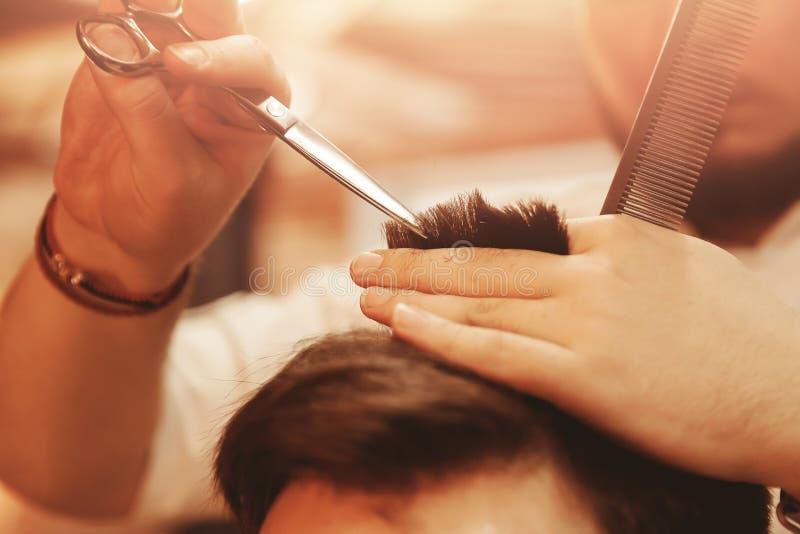 Manlig frisersalong för frisyr Manfris?rer Maskin för klient för barberarebrukssnitt för frisyrer arkivbilder