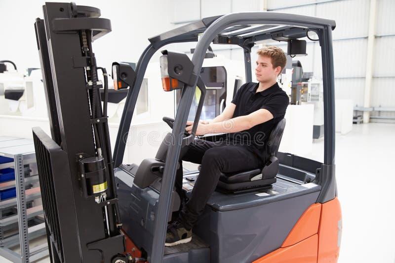 Manlig gaffeltruckchaufför Working In Factory royaltyfri foto