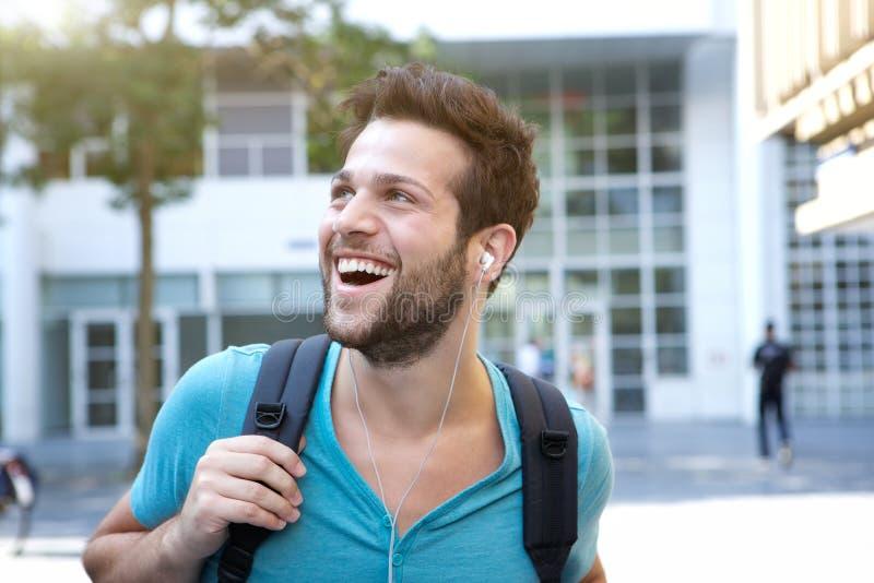 Manlig högskolestudent som går på universitetsområde royaltyfri bild