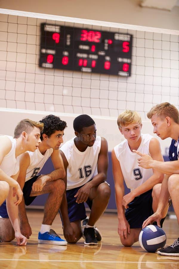 Manlig högstadiumvolleybollTeam Having Team Talk From lagledare royaltyfria foton