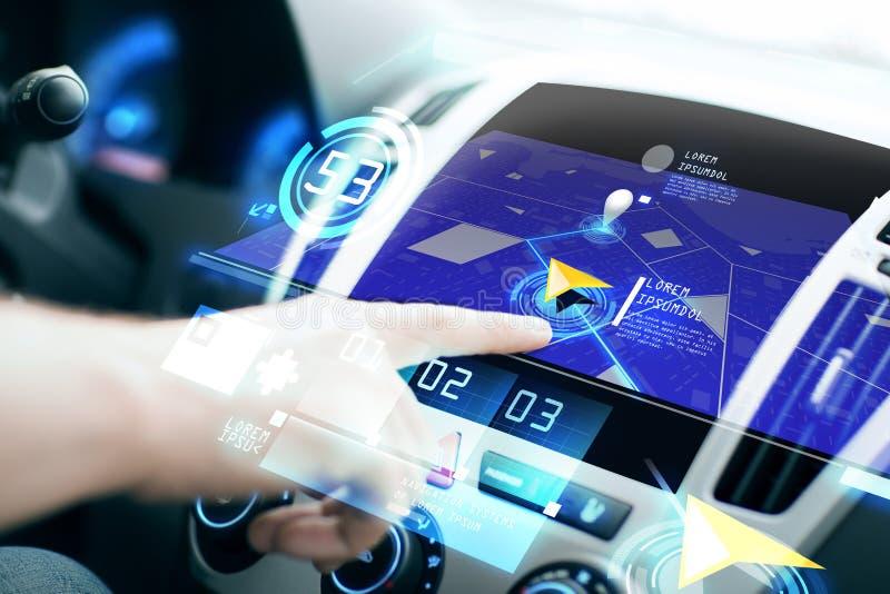 Manlig hand genom att använda navigeringsystemet på bilinstrumentbrädan arkivfoton