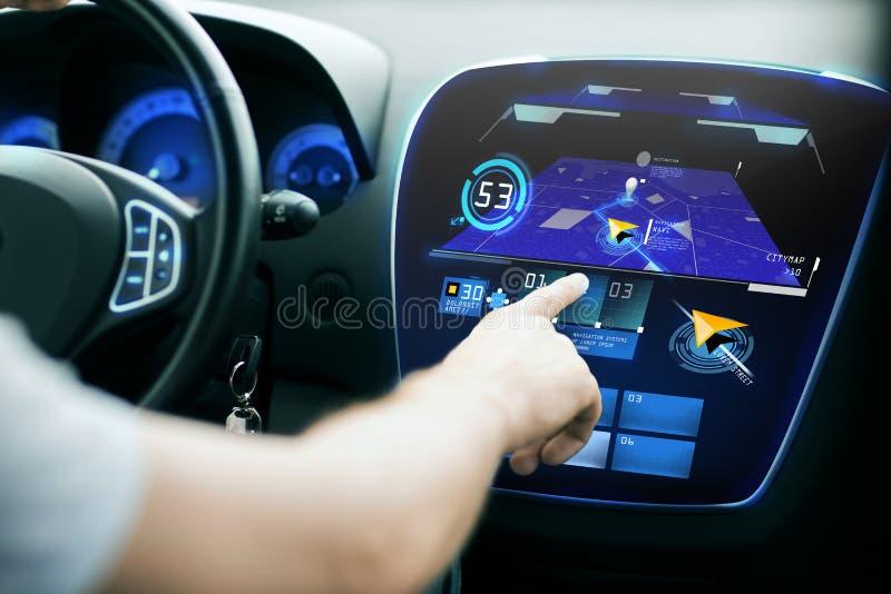 Manlig hand genom att använda navigeringsystemet på bilinstrumentbrädan royaltyfria bilder