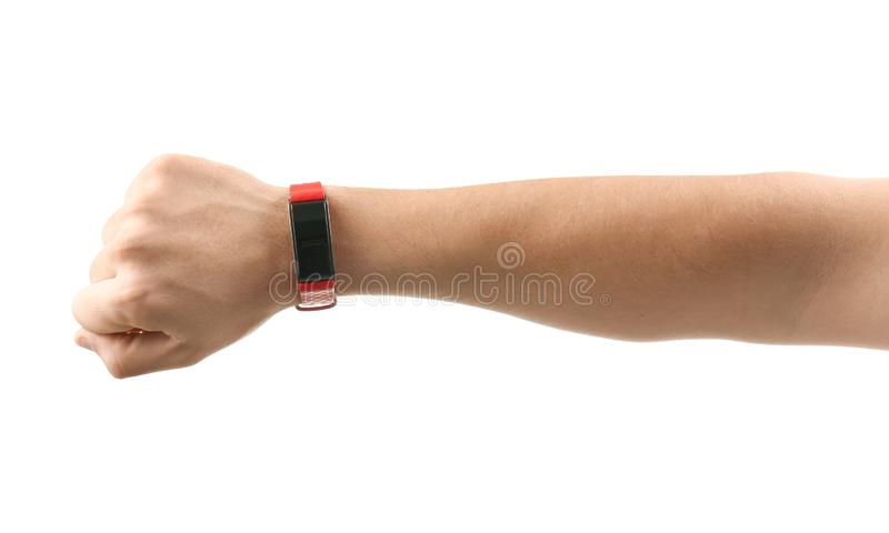 Manlig hand med den smarta klockan på vit bakgrund royaltyfri foto