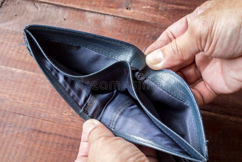Manlig hand med en tom plånbok arkivbild