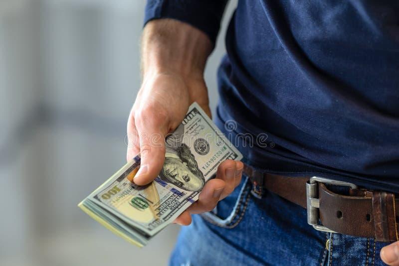 Manlig hand med pengar arkivbilder