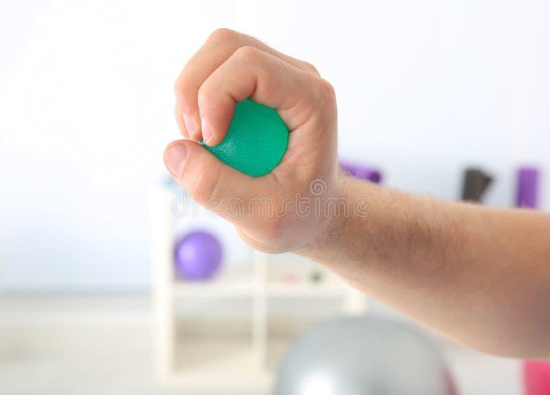 Manlig hand med spänningsbollen arkivbild